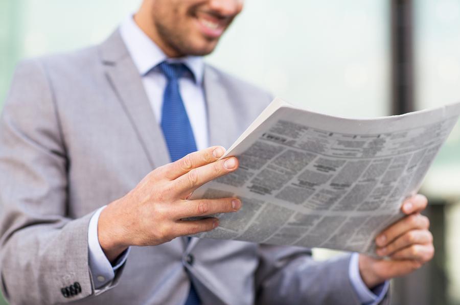 איש עסקים קורא עיתון